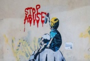 罗马现涂鸦讽刺教皇恋童癖